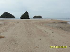 Photo: Der Noppharat Thara Beach an der Mündung des Klong Son Fluss - bei Ebbe kann man zu den Felsen auf Sand rüber gehen