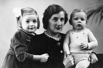 Photo: Cornelia Verkaik met kinderen: - Louise Petronella - Everhardus Cornelis