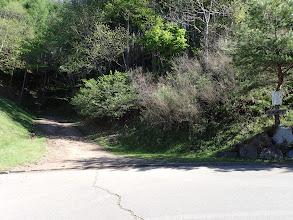 尾根途中の登山口(兼駐車場)