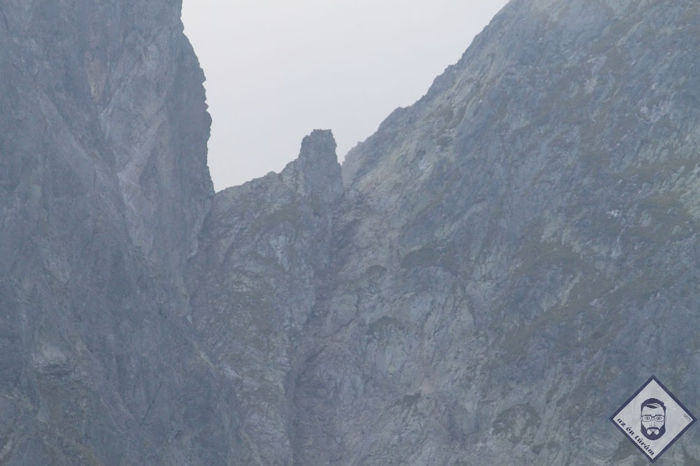 KÉP / Vörös-torony-hágó az esti felhőkben