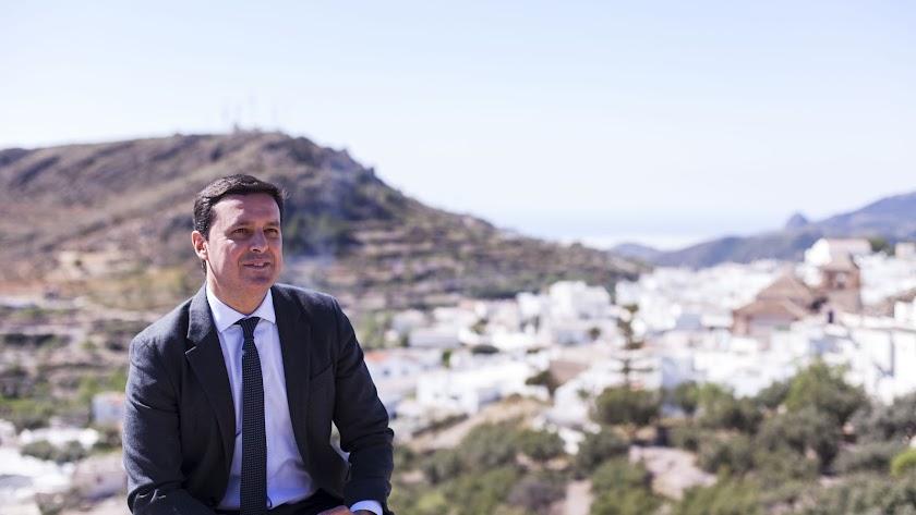 El candidato  del PP al Congreso por Almería y presidente de la Diputación, fotografiado frente a Enix .