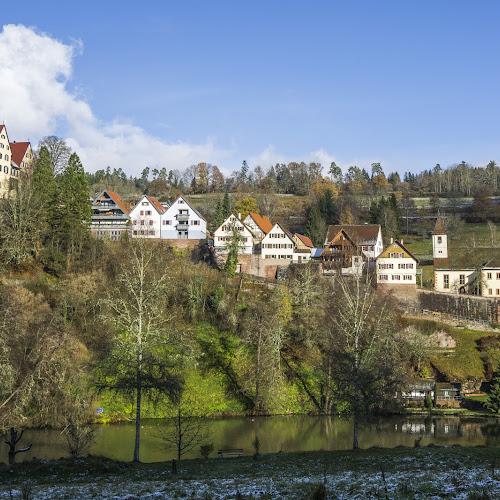 Blick auf die Burg Berneck mit Stadtmauer