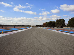 Photo: A gauche, de l'autre coté de la barrière, la piste d'atterrissage 31/13 de l'Aéroport International du Castellet !