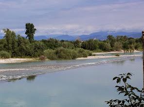 Photo: Z Gradisca d'Isonzo, droga bursztynowa kontynuuje swój bieg na Farra i Mainizza,  gdzie przed mostem przez rzekę Isonzo znajdowało się mansio Ponte Sonti.  Na zdjęciu, po przeciwnej stronie rzeki, widoczna jest miejscowość Farra d'Isonzo.