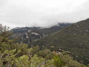 Photo: Les cingles de la Alta Garrotxa. Serrat Joan:Premier plan et Serra de Corsavell au Fond