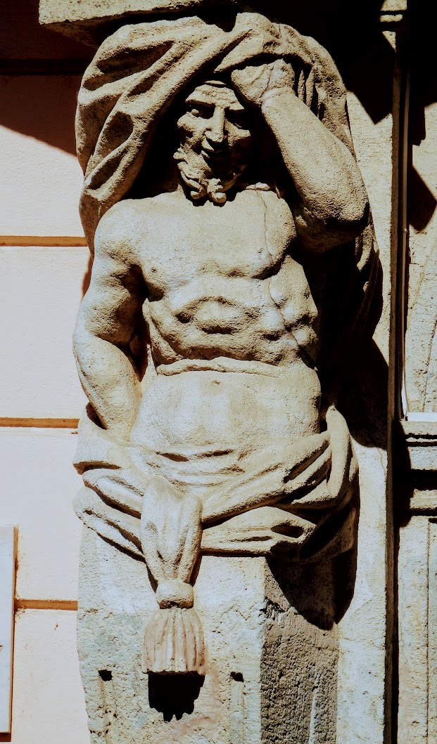 Győr - Eszterházy-palota épületdíszei (atlaszok és puttók, művészi erkélyrács)