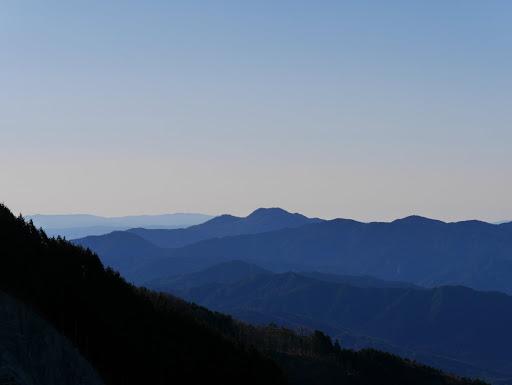 二ツ森山方面(左は愛知の寧比曽岳・段戸山など)