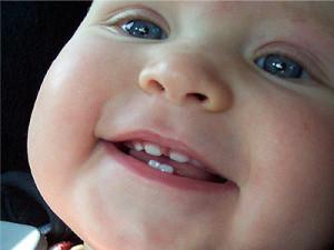Симптомы первых зубов у ребенка
