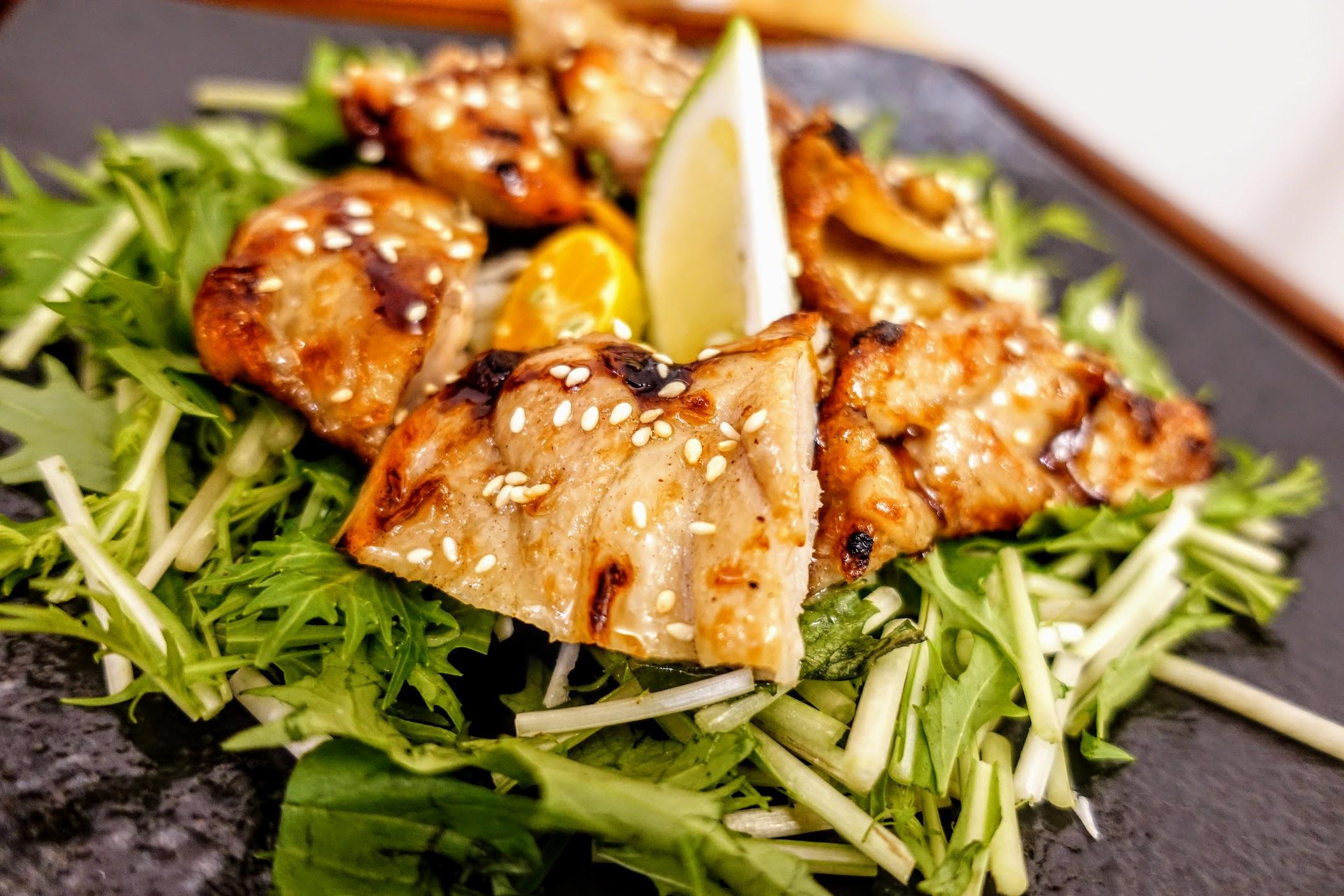 燒肉片外層有著醬油/糖的調味,肉質的話個人覺得比雞肉好吃