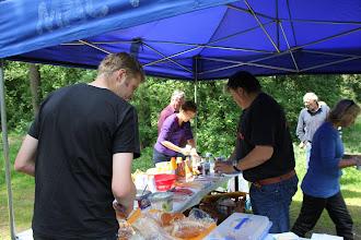 Photo: ja de eerste gaan wat pakken, dan volgt de rest vanzelf. Een picknick buffet in het bos...goed geregeld!
