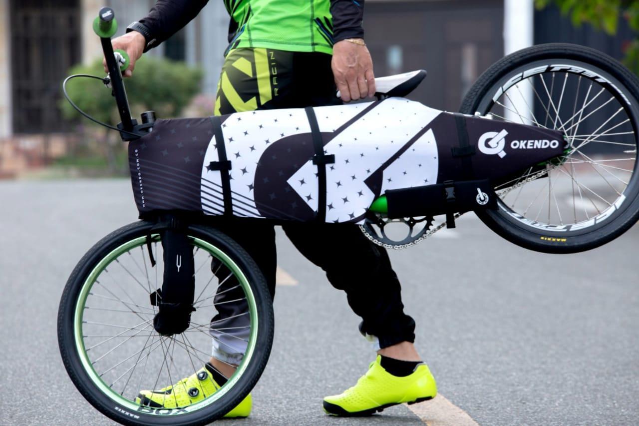 Persona de pie con bicicleta  Descripción generada automáticamente