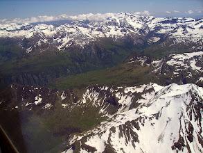 Photo: Hautes Pyrénées: Crêtes du Soum de Male 2797m à droite devant. Vallée du gave de Gavarnie au centre et crêtes de Gavarnie à gauche sur l'horizon.