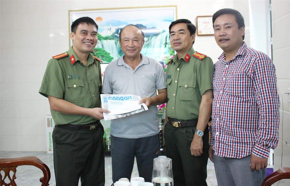 Thăng tặng quà Đồng chí Nguyễn Thanh nguyên Tổng biên tập Báo Công an Nghệ An