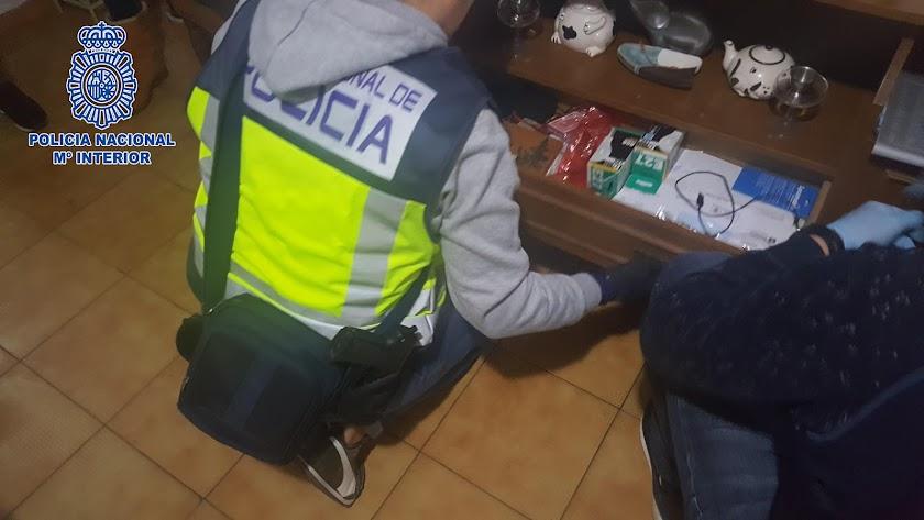 Un agente de Policía, durante uno de los registros practicados.