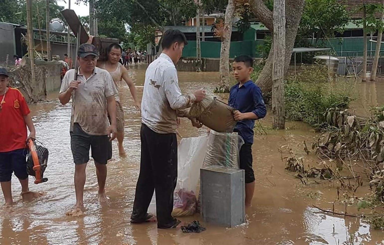 Người dân trên địa bàn xã Bồng Khê, huyện Con Cuông dọn dẹp sau cơn bão số 4 năm 2018