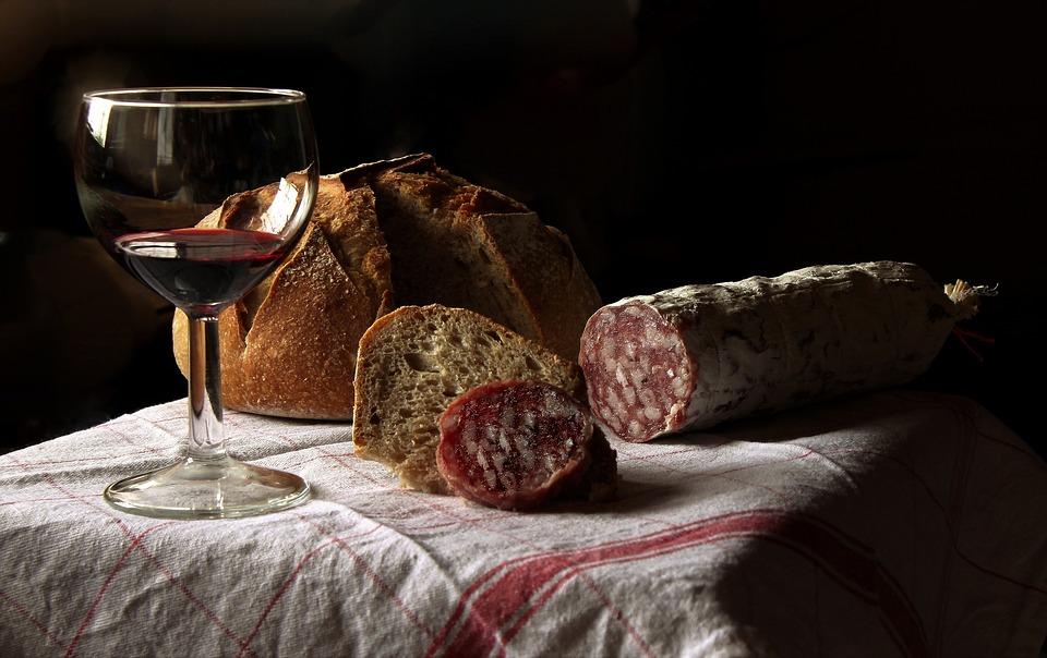 食前酒, ワイン, ドリンク, ガラス, 静物, テーブル, アルコール, 赤ワイン, パン, ソーセージ