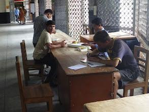 Photo: Na centrální poště v Dháce se věnujeme naší oblíbené zábavě - psaní pohledů.