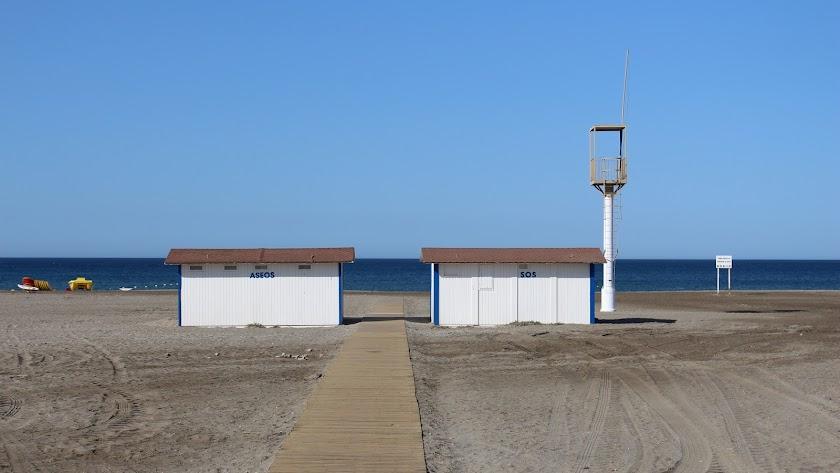 Playa de Almerimar con pasarela y módulos de aseos instalados en verano.