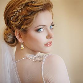 Gentle portrait by DMYTRO SOBOKAR - Wedding Bride ( sobokar.com, wedding, sobokar, veil, bride, weddingphotographer, weddingphoto, portrait )
