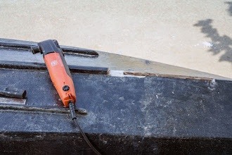 Photo: cutting a slot into the boat's bottom, this requires the precise tool of Fein Multimaster