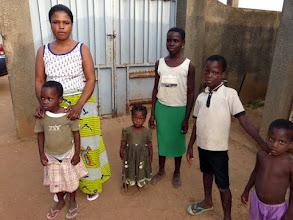 Photo: à gauche, Bénie et sa maman