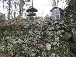 西の端に祠と石灯籠