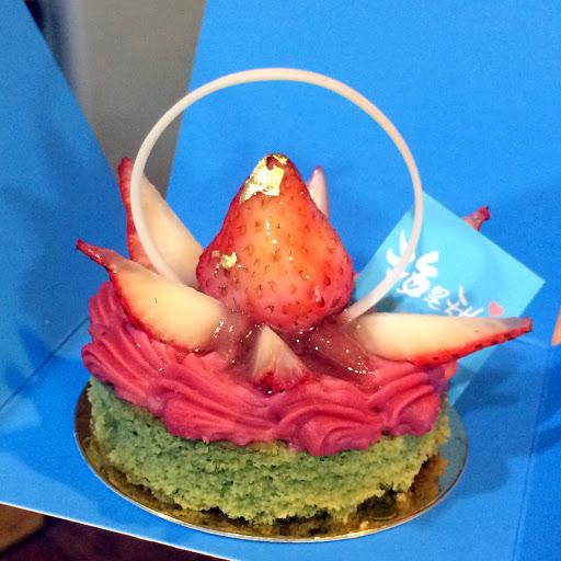 草莓奶醬+開心果蛋糕 酸酸甜甜,層次鮮明