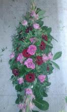 Photo: raquette de deuil  fleurs utilisées: roses, germinis, glaeuils feuillages: pistachier prix 100 euros