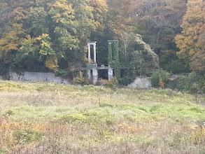 Photo: Une porte en ruine dans le parc du château de Balincourt