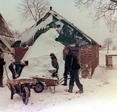 Photo: Hoofdstraat 25, winter 1978 - 1979 Buurman Gerard Nijenhuis helpt sneeuw ruimen.