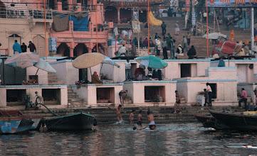 Photo: Ihmisiä peseytymässä Gangesissa, pyhässä vedessä