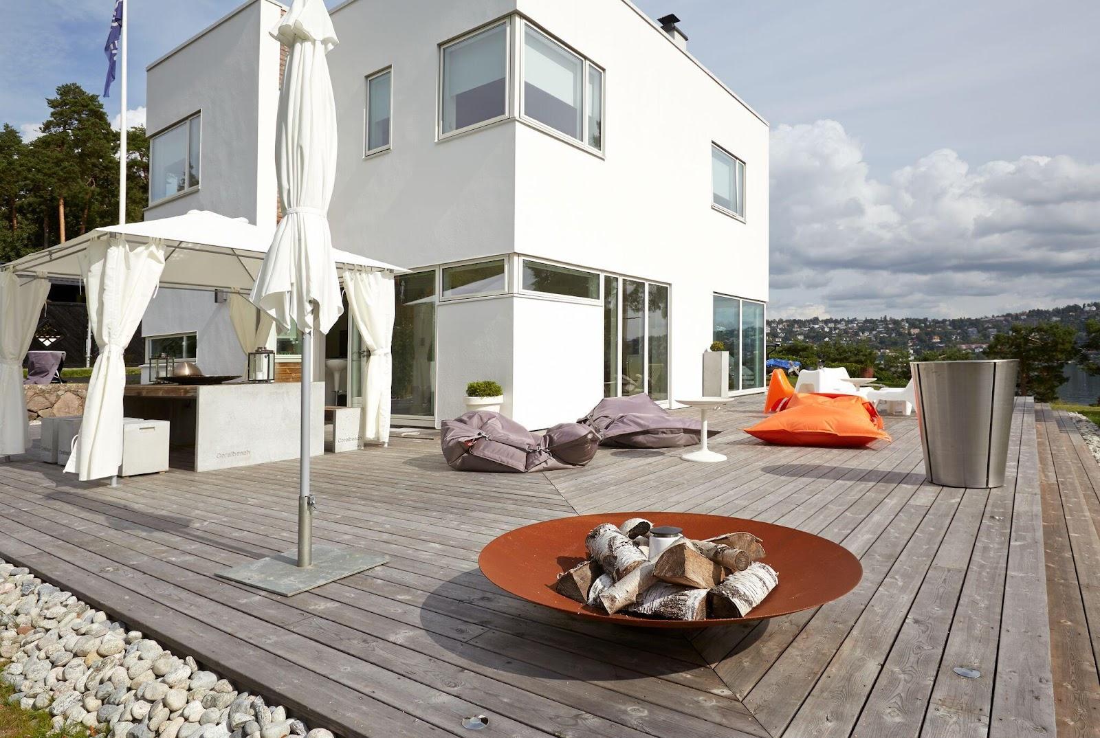 en terrasse, der omgiver huset