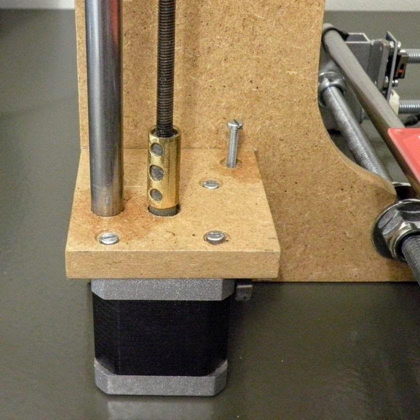 Acoplador para la unión de la varilla roscada con el motor