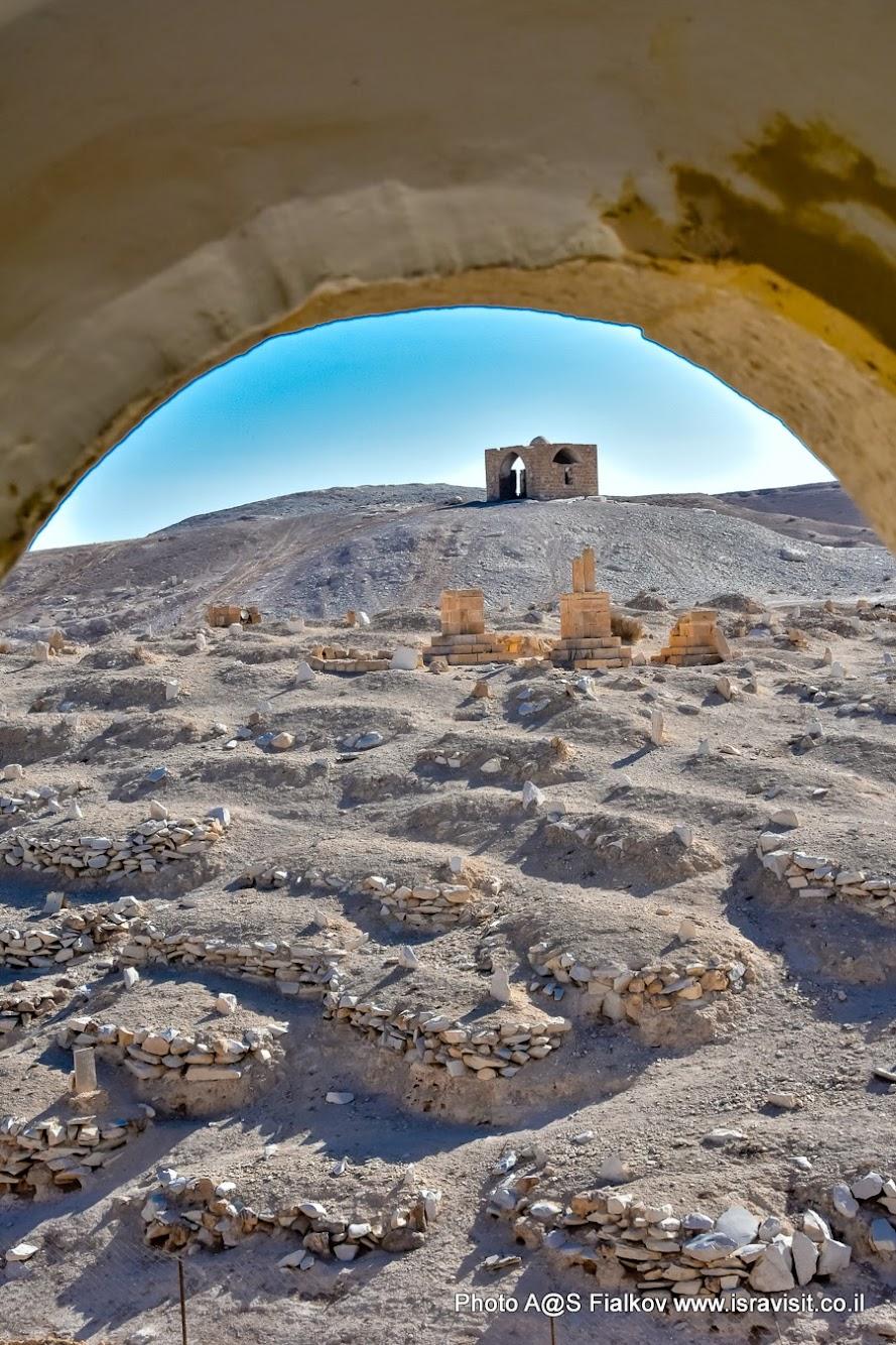 Древние захоронения вокруг постоялого двора Наби Муса с гробницей пророка Моисея. На экскурсии в Израиле в районе Мертвого моря.