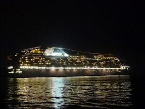Photo: 巨大な都市が動いているような感じです。 出航していく「ダイアモンド・プリンセス」 とにかくデカい! そしてキレイです!