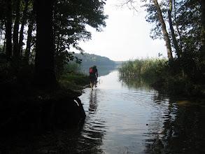 Photo: W pewnym miejscu przewodnicy zboczyli z trasy napotykając na swojej drodze rzeczkę. Grupa zawierzając się przewodnikom poszła za nimi. Marek wypuścił się na jezioro. Na nogach. Bez łodzi.