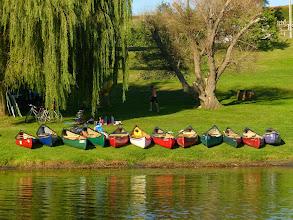 Photo: Le canoe schierate sulla riva