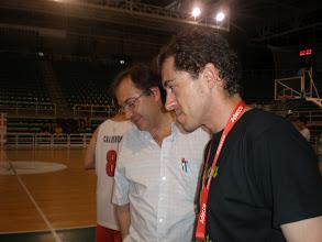 Photo: Felipe Criado (Presidente Asociación de Aficionados) y Pepe Sánchez (Presidente del Cáceres Basket) estudian los emparejamientos de la Fase Final