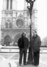 Photo: Amado Moreno conel guitarrista canario Blas Sánchez, junto a la catedral de Notre Dame, en París