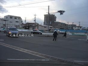 Photo: 東日本大震災による停電で信号機が消え、警官が交通整理をしている様子-2