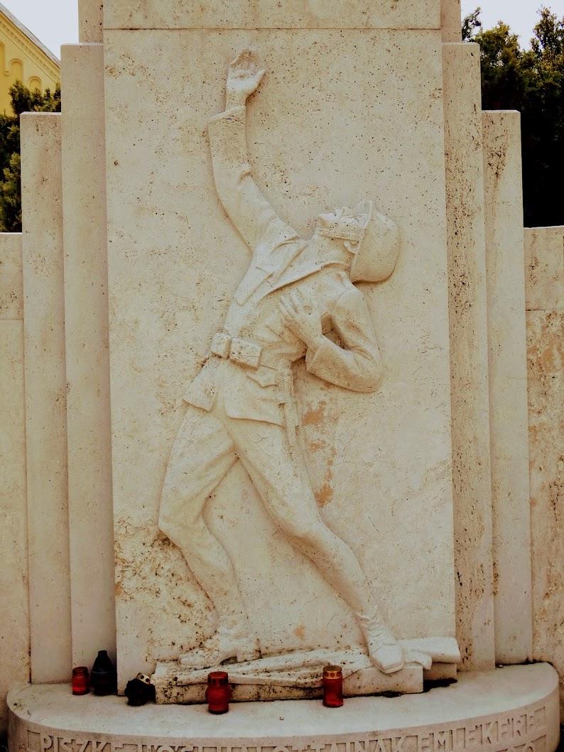 Lábatlan - I. világháborús emlékmű a templomkertben