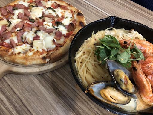 披薩麵皮很好吃是薄皮但外圍較有厚度,可以製造自己口味的披薩滿特別的 義大利也很好吃,價格不貴兩人套餐一份披薩、義大利麵、單品料理,兩碗今日濃湯和飲品加服務費1000有找。 不過樓上樓下氣氛差太多了,樓