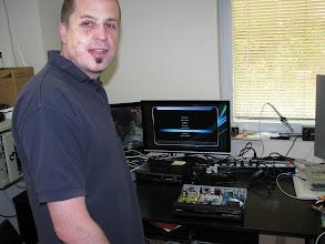Photo: Vedouci-majitel prodejny Sat-Tech v Letnany Tomas Patera (bratranec) a STB  IceCrypt STC6000HDPVR pri testu prijmu DVB-T2 MUXu ze Zizkova na kanalu 25 na prodejne. Vse funguje, v prijimaci jsou dve pozice pro tunery. Leva pozice na MB je osazena DVB-S2 tunerem a prava pozice (jsou to takove 1/4 PCI karticky) je osazena DVB-T2 tunerem, STB STC6000 umoznuje pro pozemni tuner moznost napajet externi predzesilovac +5Vdc/150mA. Behem testu jsme zkusili i klasicke DVB-T ze Zizkova....vse chodi, se spravnou cestinou EPG/TXT/menu/DVB-TXT titulky. Pokud by byl ze strany zakazniku a koncovych prodejcu zajem, neni problem dodavat i jednoucelove STB pro DVB-T2. Zatim jsou v nabidce od vyrobce dva typy, jeden je levny STB DVB-T2 jen s USB a druhy je vcetne integralniho SATA HD (PVR). Pochopitelne vsechny STB (STC6000HDPVR a ty dva STB jen pro DVB-T2) umi MPEG2 i MPEG4, vcetne zvukove TS stopy v podobe az AC3 (MPEG2/MPEG3/MPEG4-AAC/MPEG4-AAC+/MPEG4-AAC+v2/MPEG4-AAC+v5) a to i ve vicekanalovem rezimu 5+1 audio.
