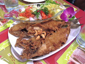 Photo: fried fish with hot-and-sour green mango salad, Toh Plue at Chatuchak weekend bazaar