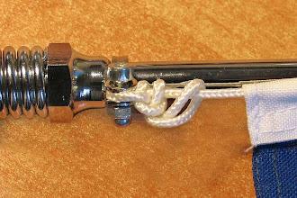 Photo: dazu kamen je 2 Fenderösen, die oben und unten an der Stange befestigt wurden, sie dienen zur leichten Montage bzw. Demontage der Fahnen