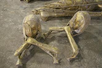 Photo: Trauer in Bronze gegossen noch mit Eingusskanälen und Kernnägeln