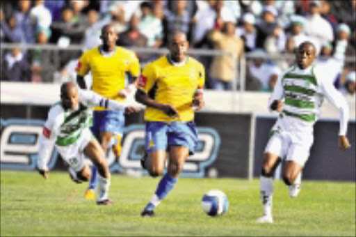 BREAKING THROUGH: Mamelodi Sundowns' Esrom Nyandoro, centre, on the attck against Bloemfontein Celtic at Free State Stadium in Bloemfontein yesterday. Sundowns 1-0. Pic. Johan Pretorius. 31/08/2008. © Backpagepix.