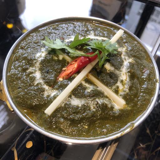這是一家很道地的印度餐廳,值得一試!  印式蔬菜黃金餃(220):以手工餅皮包覆著咖哩風味的馬鈴薯與青豆,然後再下鍋油炸,外酥內軟。建議用叉子把它分兩半再吃,因為內餡很燙。搭配紅色瑪莎拉醬  香料塔都