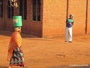 Photo: kisito ammira la portatrice d'acqua
