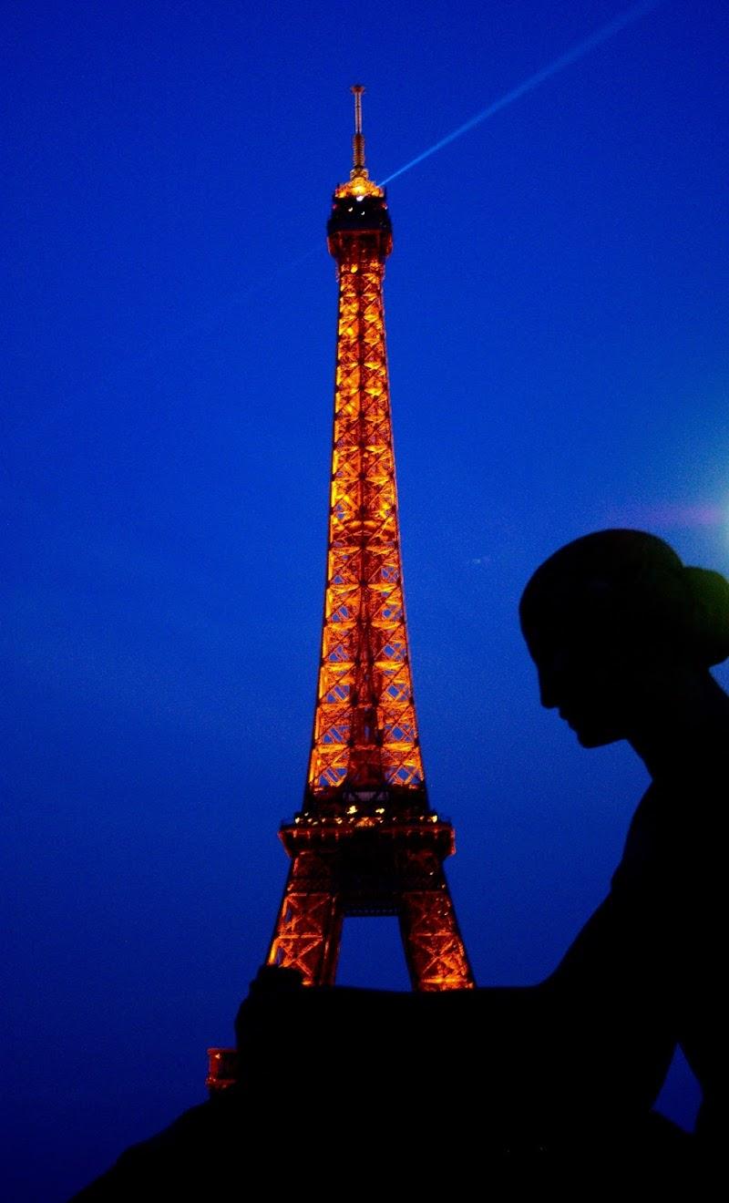 La signora della torre Eiffel di Attribuzione - Non commerciale - Non opere derivate 3.0 Italia (CC BY-NC-ND 3.0 IT)